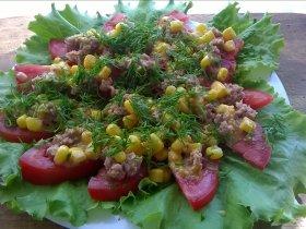 Свежий салат с тунцом, помидором и кукурузой