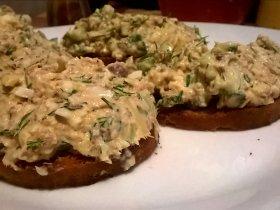 Салат с сардинами, сыром и яйцом на гренках