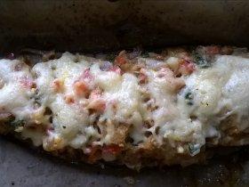 Лодочки из баклажанов с помидором и луком под сыром