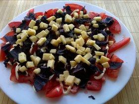 Салат с помидорами, сыром и базиликом