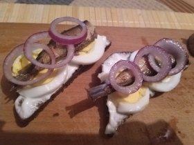 Бутерброды со шпротами, яйцом и красным луком