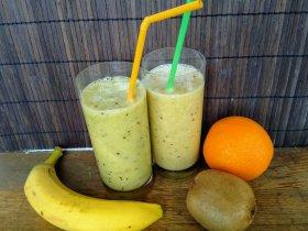 Смузи с бананом, киви и цитрусами