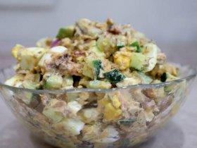 Салат с сайрой, яйцом и огурцом