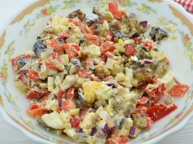 Салат с сыром и жаренным баклажаном