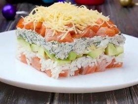 Салат с семгой, авокадо и рисом