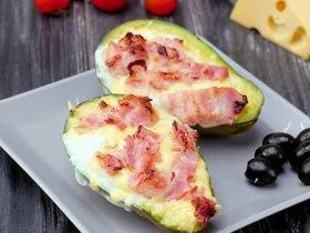 Авокадо запеченное с яйцом и беконом