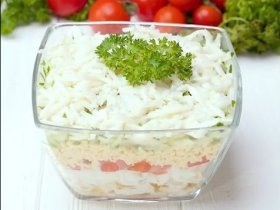 Слоеный салат с курицей и помидорами